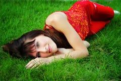 Девушка лежит на траве стоковое фото rf