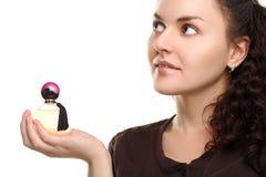 Девушка демонстрирует духи Стоковое Изображение RF