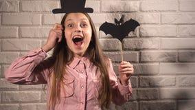 Девушка держащ знамена с шляпой и летучей мышью Стоковые Изображения RF