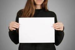 Девушка держа белый чистый лист бумаги A4 Представление листовки Pamphle Стоковые Фото