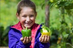 Девушка держа болгарский перец Стоковые Изображения