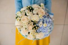 Девушка держа букет белого и голубого цветка Стоковое Изображение RF