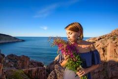 Девушка держа букет верб-травы стоковое фото rf