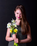 Девушка держа букет желтых и белых daffodils Стоковая Фотография
