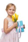 Девушка держа букет желтых тюльпанов и настоящего момента Стоковая Фотография RF