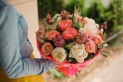 Девушка держа букет различных смешанных цветков апельсина и белых Стоковая Фотография RF
