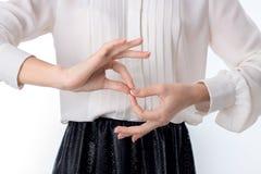Девушка держа ваши оружия прямой и выставки жест 8 Стоковые Изображения RF