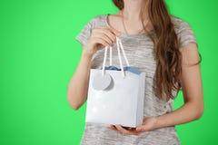Девушка держа в насмешке сумки подарка голубой бумаги пробела руки вверх Пустое PA Стоковые Изображения RF