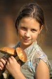 Девушка держа 2 гриба Стоковое Изображение