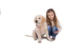Девушка держа ее щенка близкий стоковые изображения rf