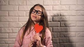 Девушка держа знамя с красным сердцем Стоковое фото RF