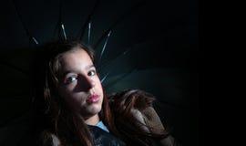 Девушка держа зонтик стоковая фотография