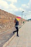 Девушка держа зонтик colorfull Стоковое Изображение RF