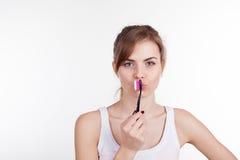 Девушка держа зубоврачевание зубной щетки стоковые фото