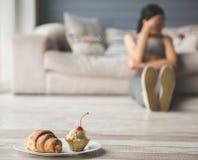 Девушка держа диету стоковые изображения rf