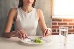 Девушка держа диету стоковое фото
