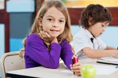 Девушка держа карандаши цвета с чертежом друга внутри Стоковые Изображения