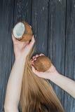 Девушка держа кокос в руках Стоковое Изображение