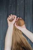 Девушка держа кокос в руках Стоковые Изображения