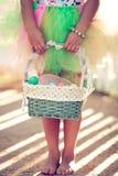 Девушка держа корзину пасхи Стоковая Фотография RF