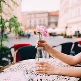 Девушка держа пион на ее руках Стоковые Изображения RF