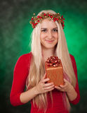 Девушка держа подарок рождества Стоковая Фотография RF