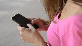 Девушка держа руку smartphone красивую акции видеоматериалы