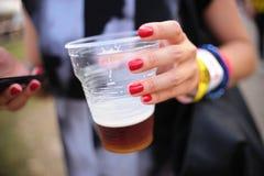 Девушка держа свежее drafed пиво Стоковые Фото
