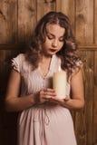 Девушка держа свечу Стоковое Фото