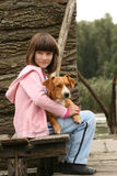 Девушка держа собаку Стоковое фото RF