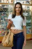 Девушка держа таблетку компьютера стоковая фотография rf