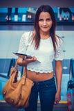 Девушка держа таблетку компьютера стоковые изображения
