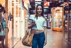 Девушка держа таблетку компьютера стоковое изображение rf