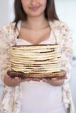 Девушка держа торт в руках Стоковое Фото