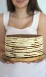 Девушка держа торт в руках Стоковое Изображение RF