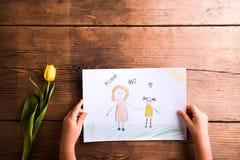 Девушка держа чертеж ее матери Желтый тюльпан красивейшие детеныши женщины студии съемки танцы пар Стоковая Фотография