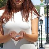 Девушка держа чисто падение воды в руках Стоковое Фото