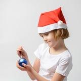 Девушка держа шарик рождества Стоковое Изображение RF