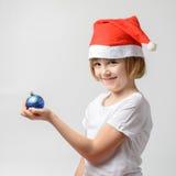 Девушка держа шарик рождества Стоковое Изображение
