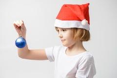 Девушка держа шарик рождества Стоковые Изображения RF