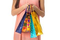 Девушка держит в его серии рук конца-вверх пакетов подарка Стоковые Фото
