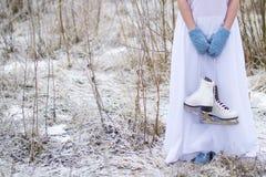 Девушка держит коньки для фигурное катание стоковая фотография