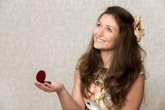 Девушка держит коробку с кольцом Стоковые Фото