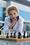Девушка держит короля шахмат в ее руке Стоковое Изображение