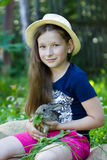 Девушка держит маленького кролика Стоковая Фотография
