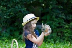 Девушка держит маленького кролика Стоковое Изображение RF