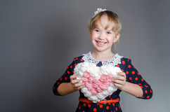 Девушка держит с сердцем рук и смеется над Стоковые Фото