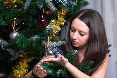 Девушка держит шарик рождественской елки Стоковое Изображение