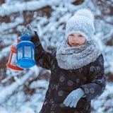 Девушка держит электрофонарь стоковое фото rf