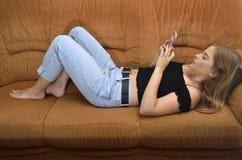 Девушка держит smartphone стоковые изображения